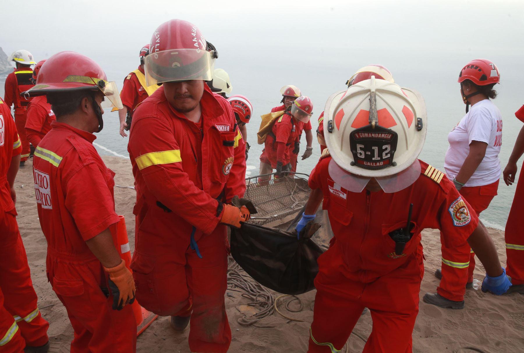 LIMA,PERÚ-ENERO 02. Continua el rescate de los cuerpos del omnibus caido en Pasamayo. Foto: ANDINA/Vidal Tarqui