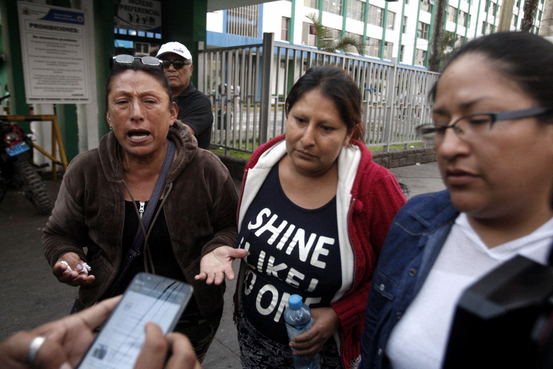 Familiares de víctimas visitan hospital Carrión para averiguar por situación de parientes. Foto: ANDINA/Eddy Ramos