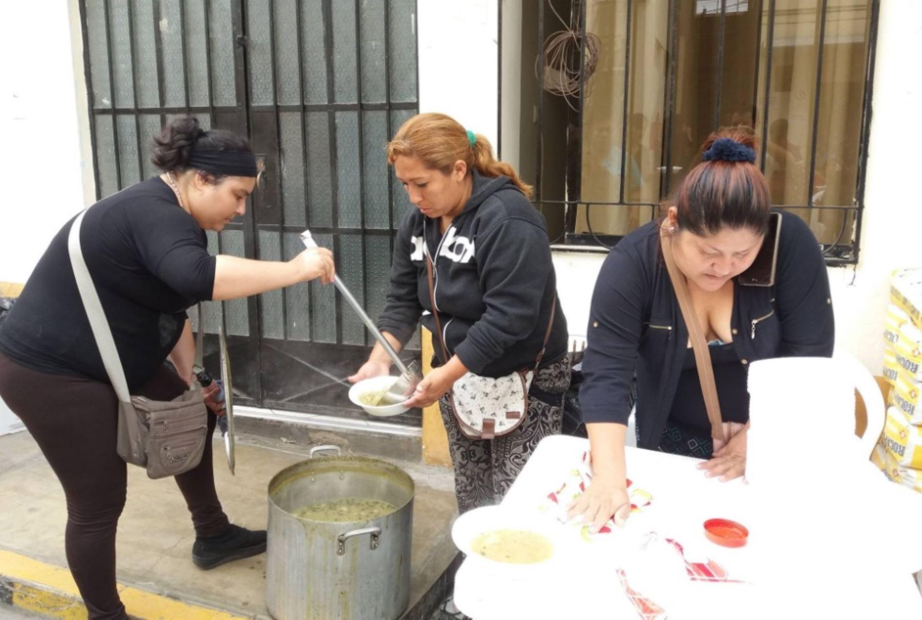 Un grupo de mujeres voluntarias acudió al hospital de Chancay llevando alimentos para los familiares de las víctimas de los dos accidentes ocurridos en Pasamayo en las últimas 24 horas, gesto solidario que fue agradecido por las autoridades del nosocomio.