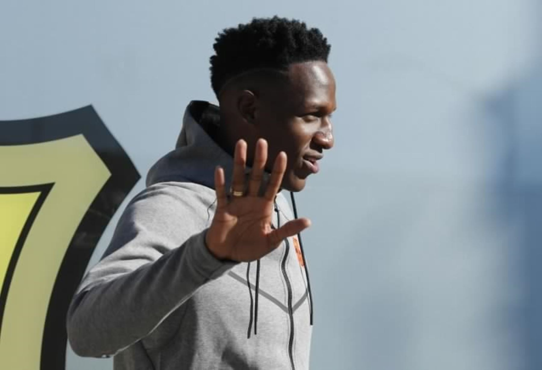 Yerry Mina saltó al Camp Nou... ¡descalzo!