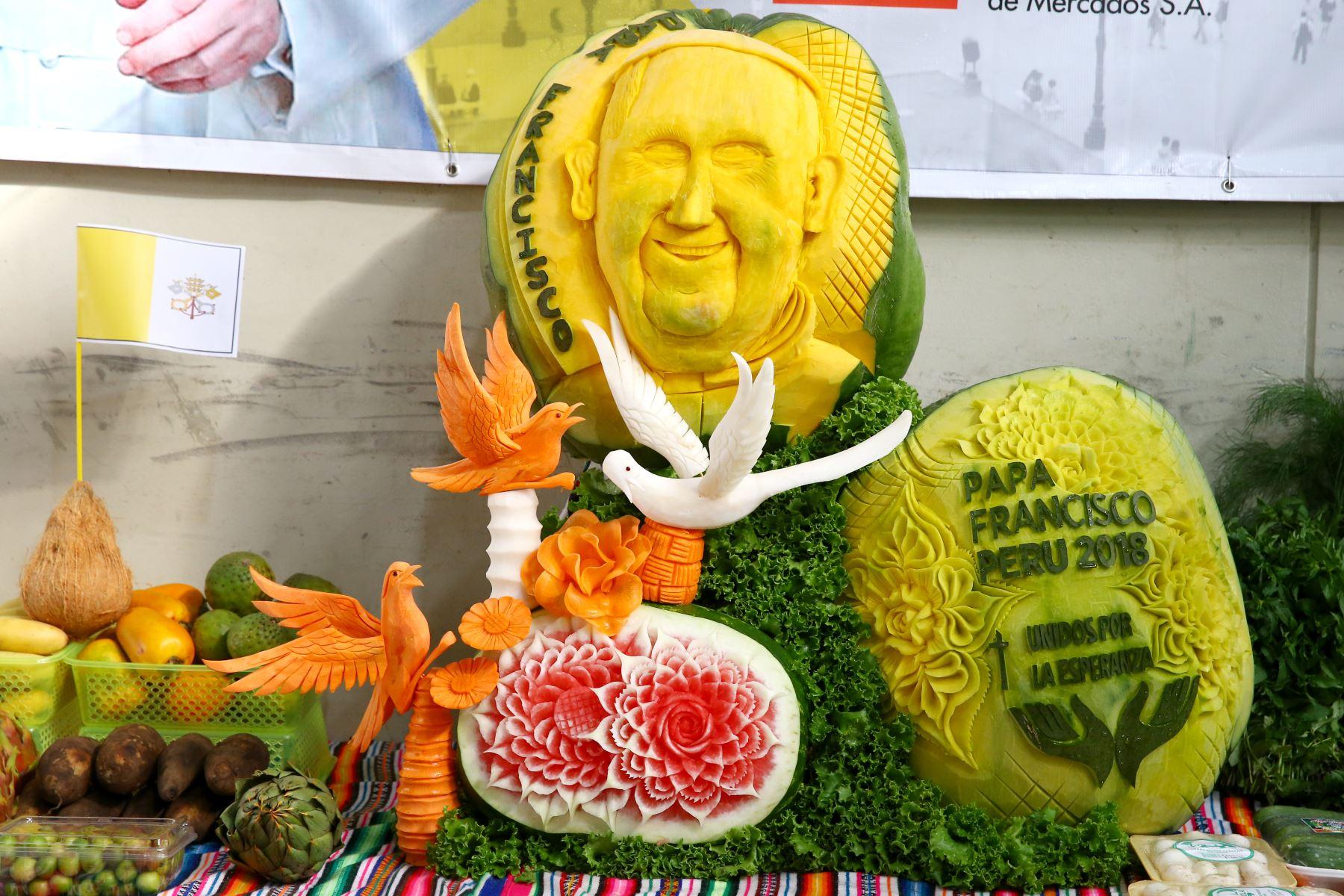 El rostro de Francisco resalta en un enorme zapallo, uno de los productos que ofrece el mercado. Foto: ANDINA/Melina Mejía.