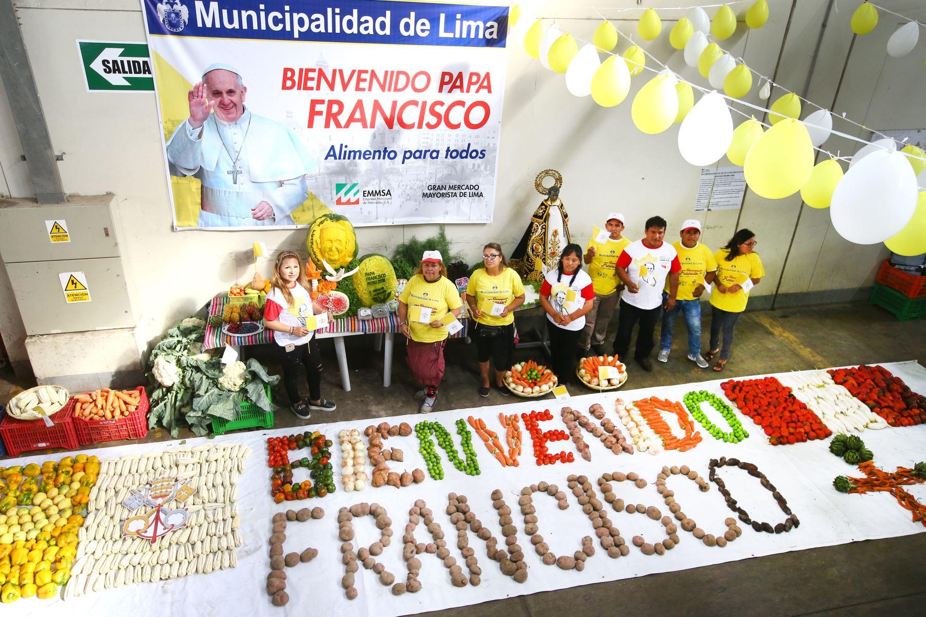"""Con tubérculos y otros productos agrícolas se escribió la frase """"Bienvenido Francisco"""" y se hicieron las banderas del Perú y del Vaticano. Foto: ANDINA/Melina Mejía."""