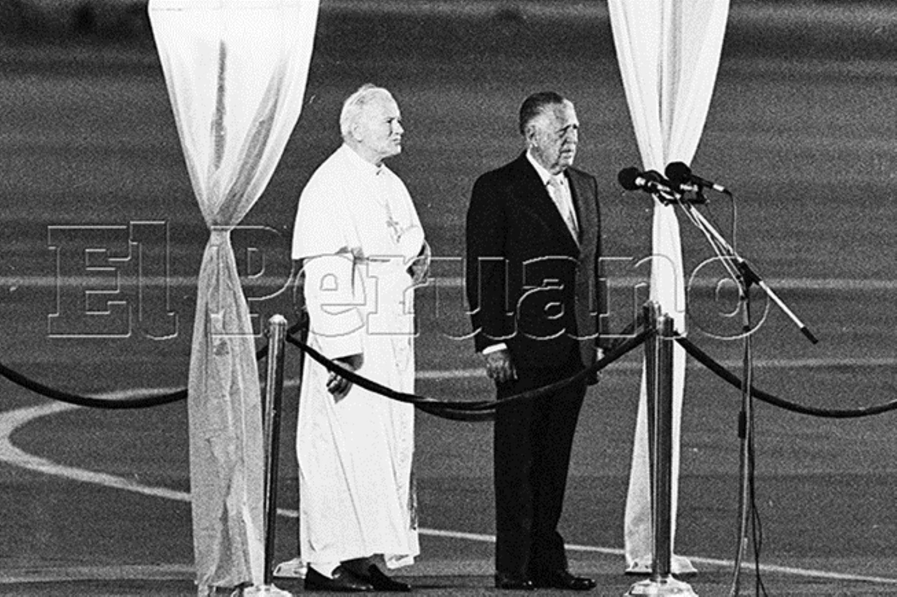 Callao (1985) El presidente Fernando Belaunde Terry da la bienvenida a su Santidad el Papa Juan Pablo II a su llegada al Perú en el Grupo Aereo n° 8.