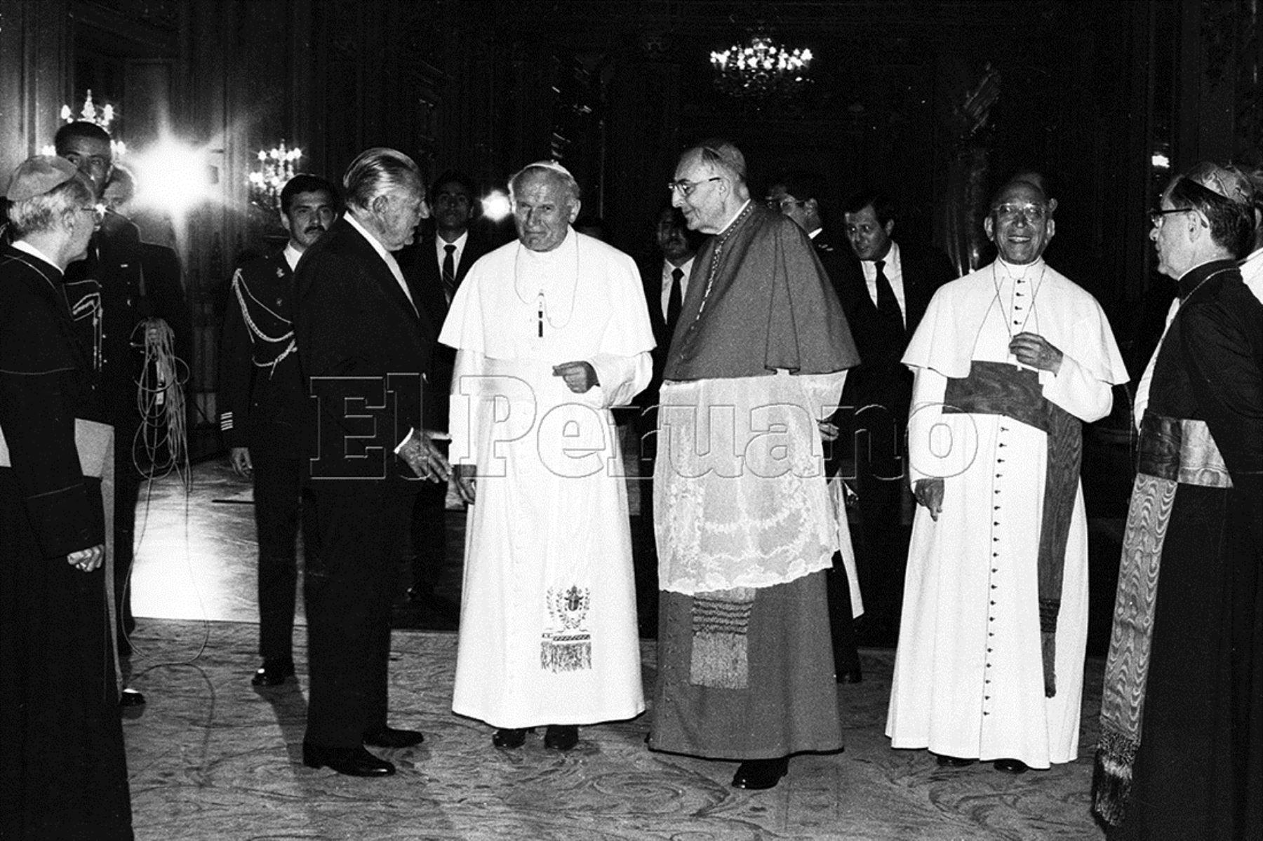Lima (1895) El Papa Juan Pablo II, el presidente Fernando Belaunde Terry y el cardenal Juan Landázuri Rickkets en Palacio de Gobierno.
