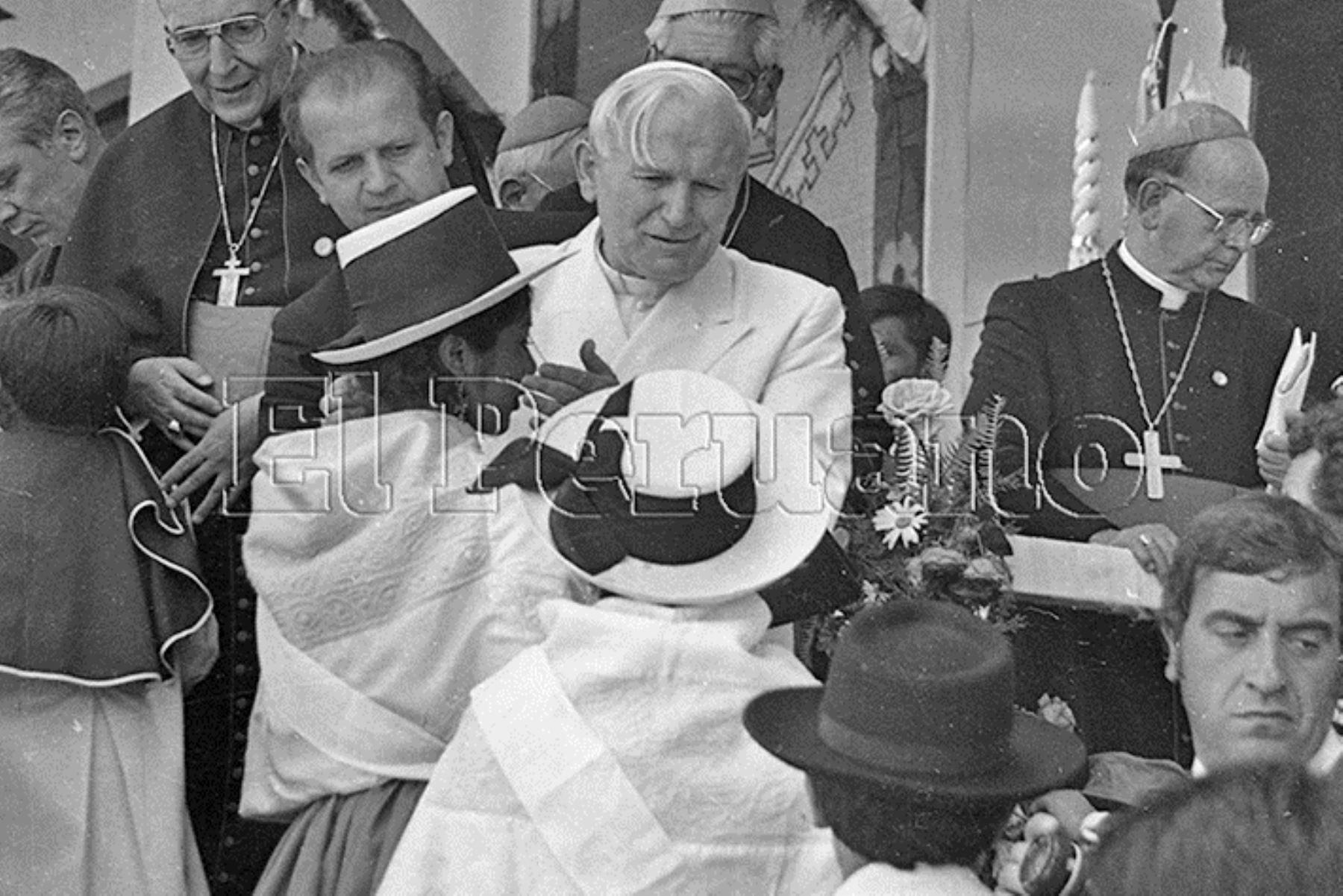 Ayacucho (1985) Juan Pablo II brindó consuelo a mujeres de esta ciudad y rechazó la violencia terrorista.