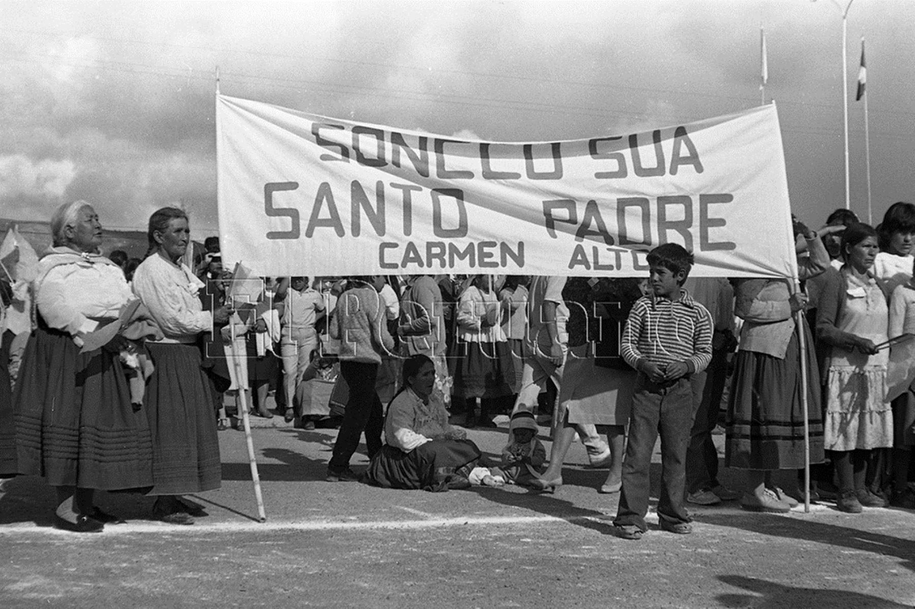 Ayacucho (1985) Miles de personas provenientes de comunidades de todo el departamento le dieron la bienvenida. En su mensaje condenó la violencia y solidarizó con el pueblo ayacuchano.