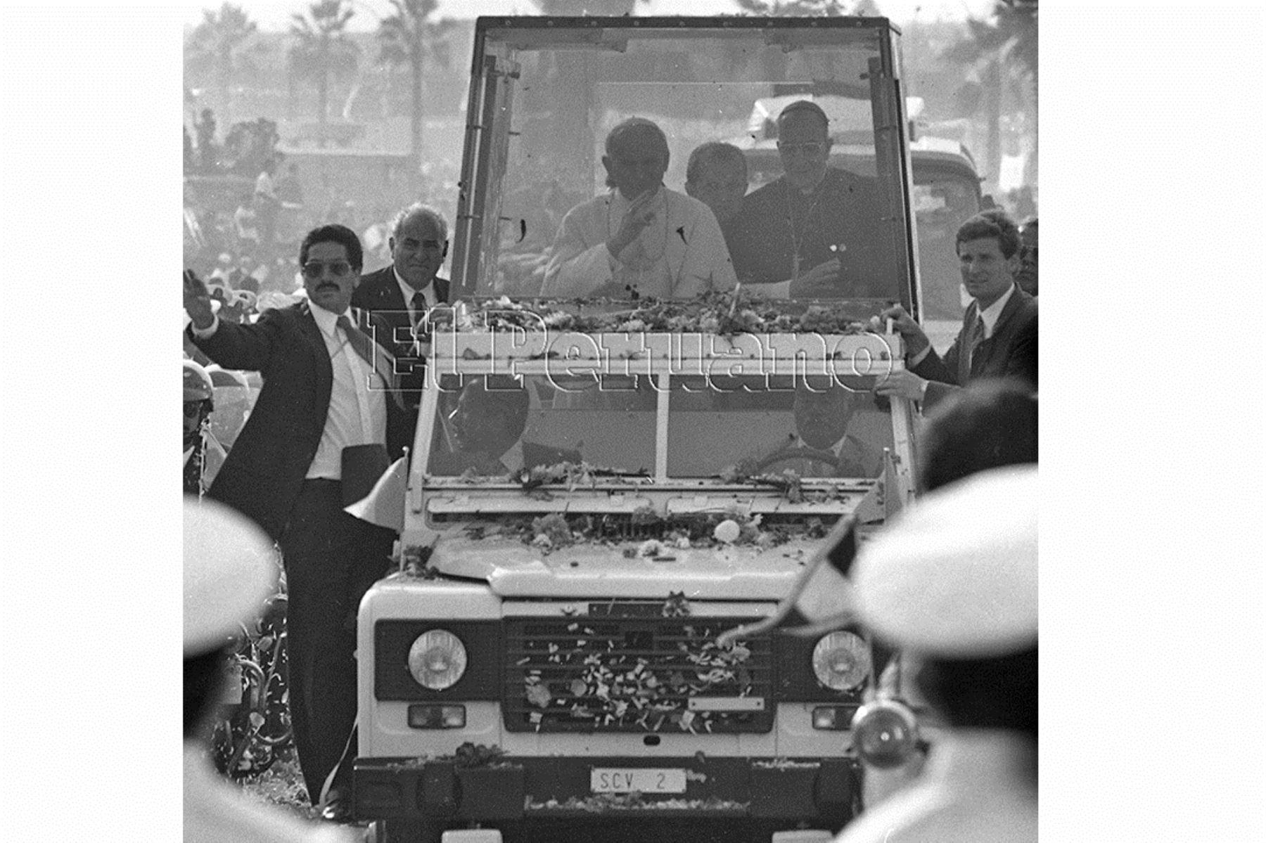 Callao (1985) En su papamóvil, rodeado de  una férrea seguridad, llega al óvalo de La Perla donde tuvo encuentro pastoral con con enfermos, personas con discapacidad y adultos mayores.