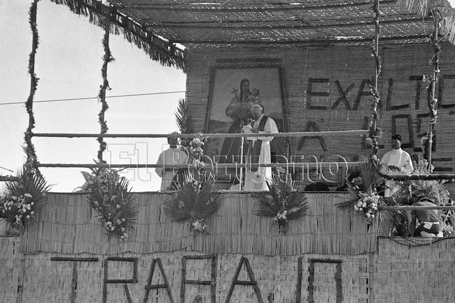 Lima (1985) Desde un estrado de esteras en Villa El Salvador, dirigió un mensaje de fe a la multitud.