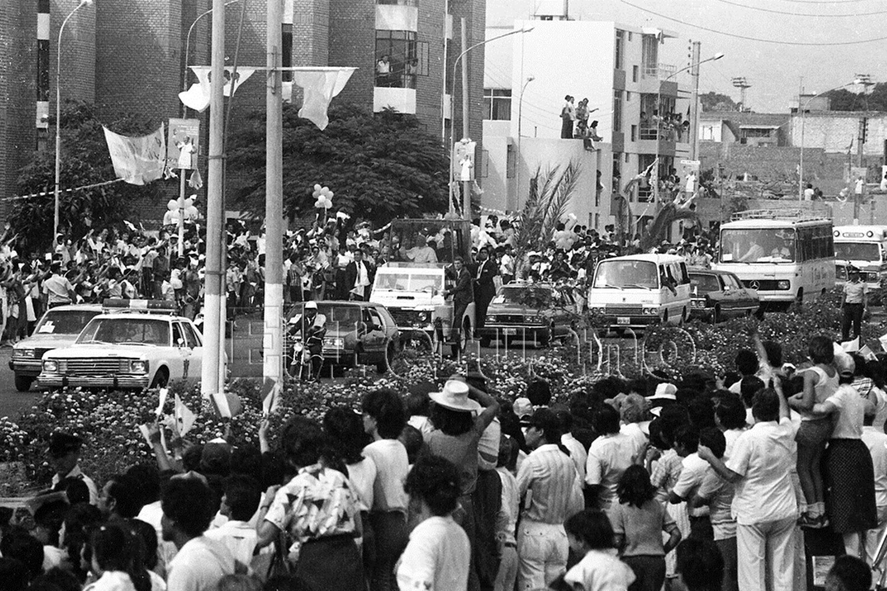 Trujillo (1985) En papamóvil, Juan Pablo II recibe multitudinaria bienvenida a la ciudad de la eterna privamera.