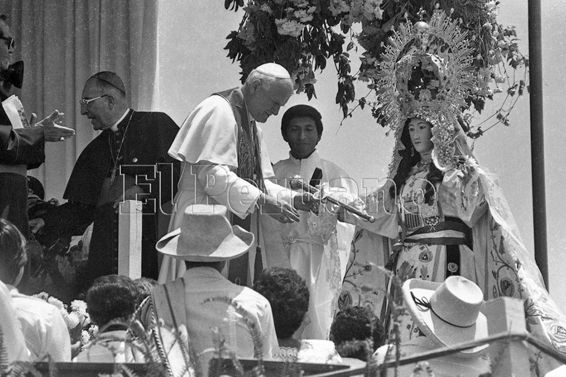 Arequipa (1985) En su segundo día de visita oficial al Perú, Juan Pablo II canonizó a Sor Ana Monteagudo y coronó la imagen de la Virgen de Chapi, patrona de Arequipa.