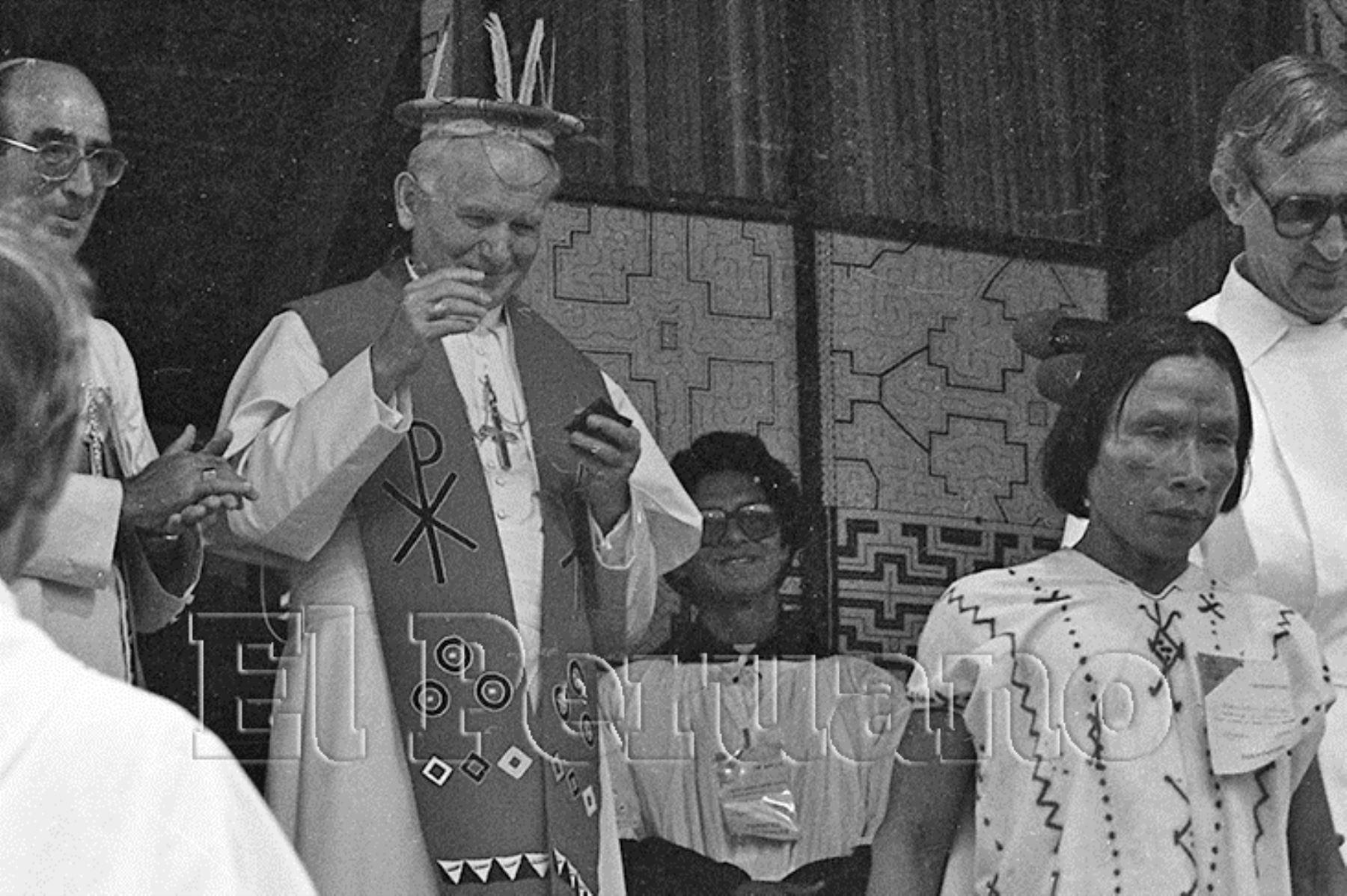 Iquitos (1985) Juan Pablo II recibió con buen agrado la corona típica de la Selva que la comunidad nativa le colocó sobre la cabeza.
