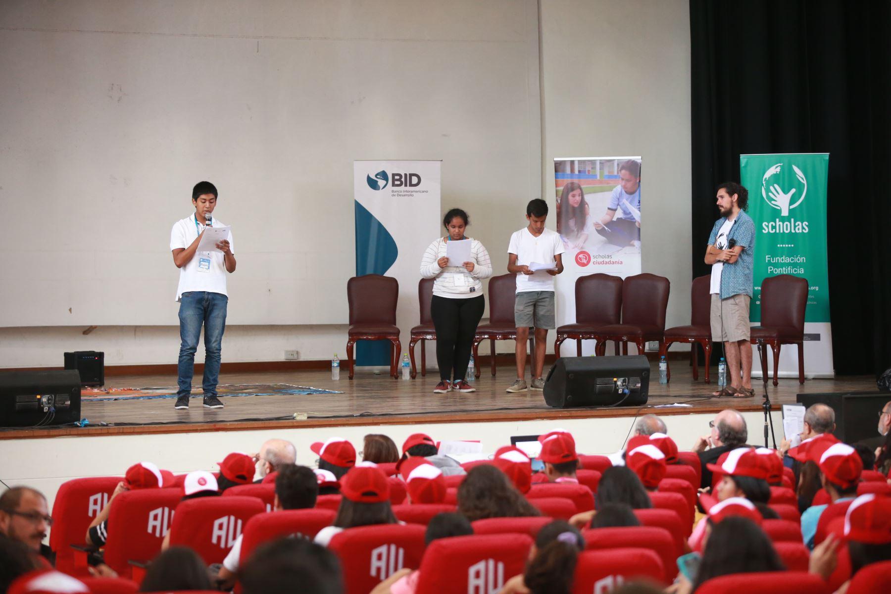 Estudiantes de 33 colegios exponen problemas sociales como la discriminación y la centralización ante el ministro de Educación, Idel Vexler. Foto: ANDINA Jhony Laurente