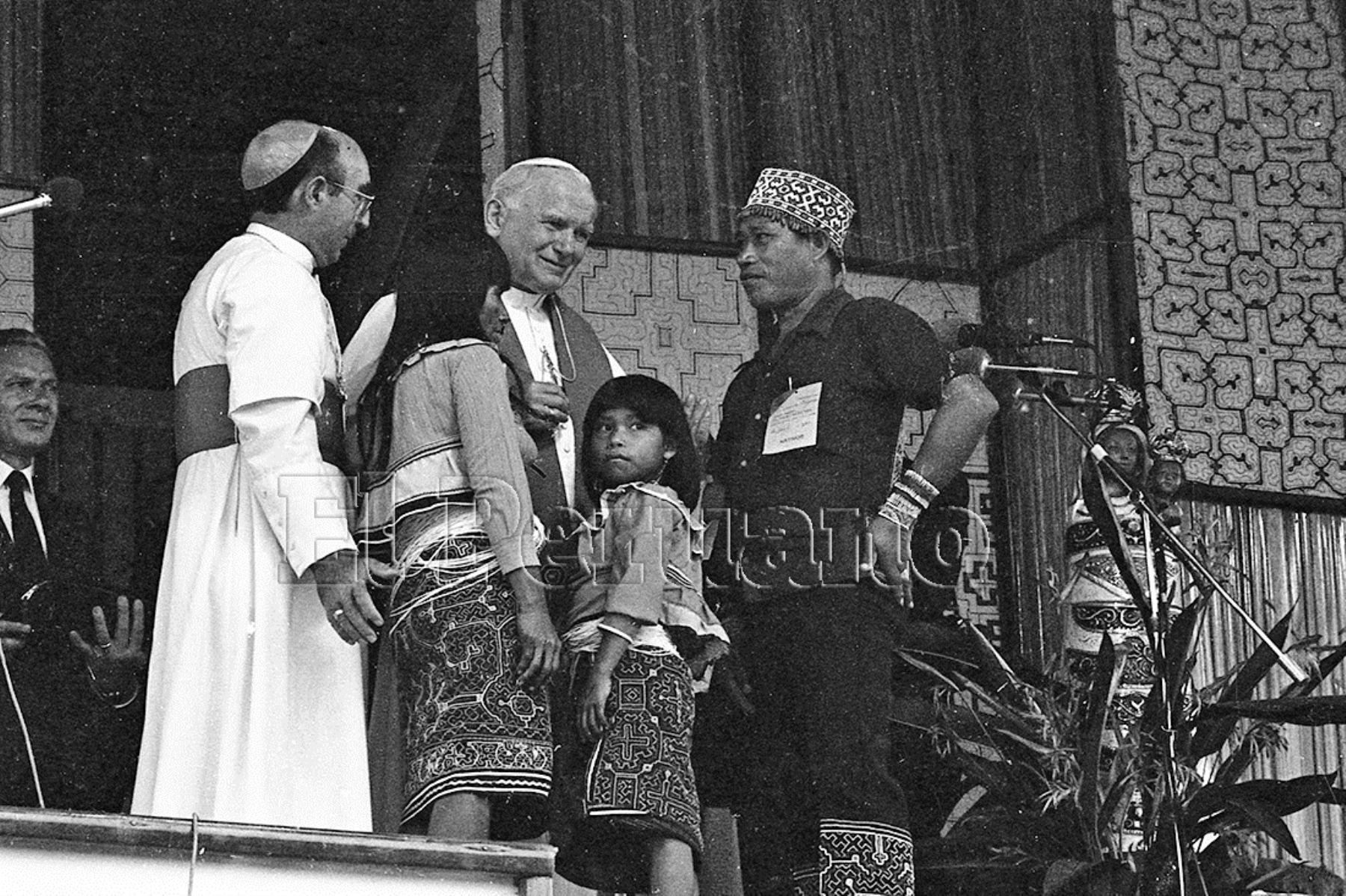 Iquitos (1985) Miembros de una comunidad nativa se acercan para breve diálogo con Juan Pablo II.