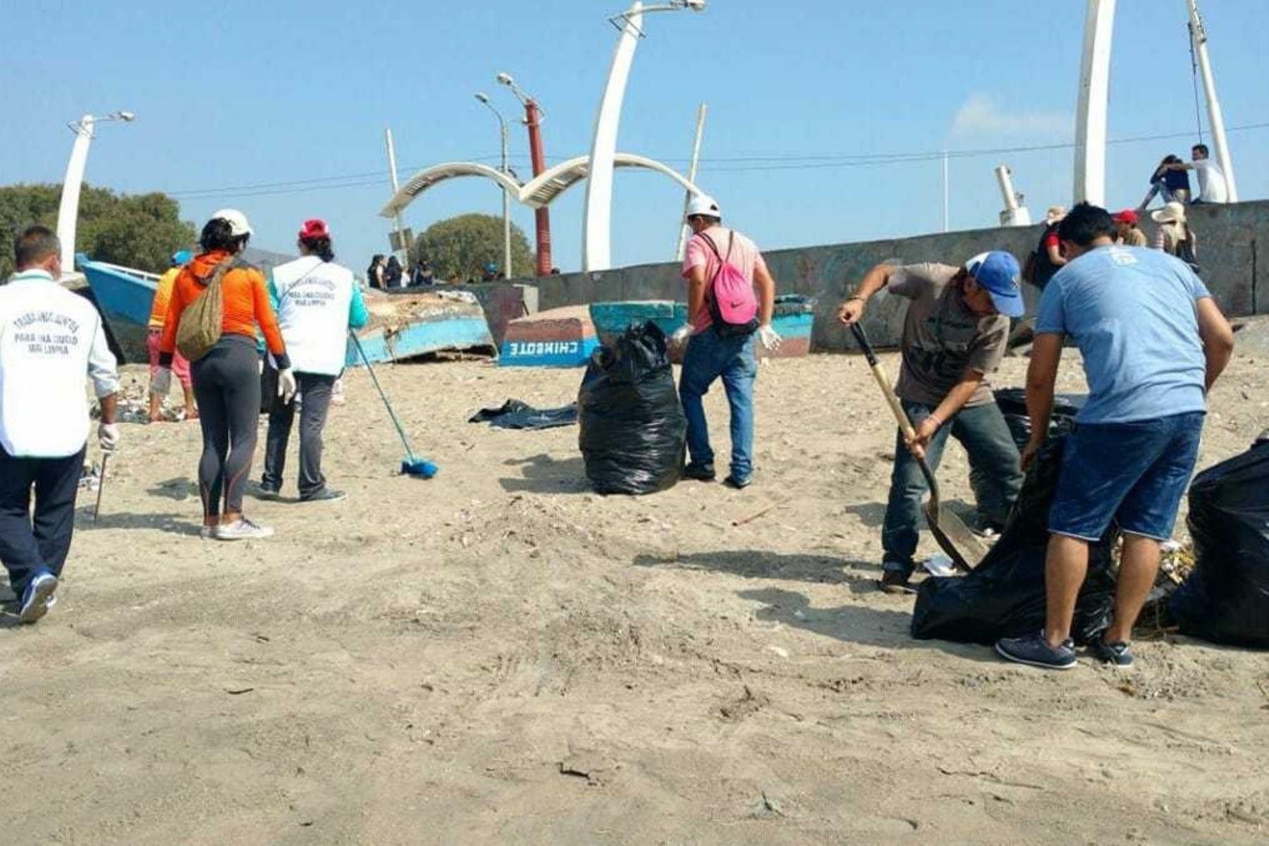 Como parte de las acciones de servicio a la comunidad, un grupo de 60 personas, sentenciados por faltas leves y otros que cuentan con libertad condicional, participaron en una campaña de limpieza en la bahía de Chimbote, provincia del Santa, en la región Áncash.