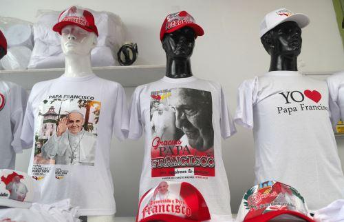 Polos alusivos a la visita del Papa Francisco en Perú Foto: EFE