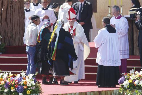 El Papa Francisco bendice una familia mapuche. Foto: EFE