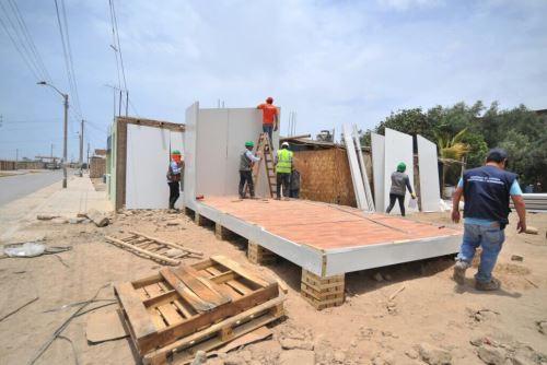 La gobernadora regional de Arequipa, Yamila Osorio, supervisó hoy la instalación de los 20 primeros módulos de vivienda que envió el Ministerio de Vivienda a la provincia de Caravelí, afectada el domingo último por un sismo de 6.8 grados que provocó el colapso de 205 viviendas.