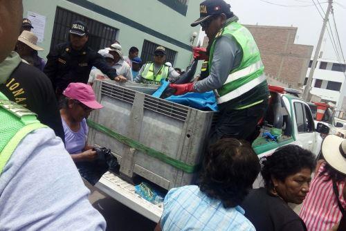 Más de una tonelada de pescado y provisiones de agua embotellada repartió la Policía Nacional a los pobladores de la provincia de Caravelí, en Arequipa, que fueron afectados por el sismo de 6.8 grados de magnitud que afectó a dicha región el domingo último.