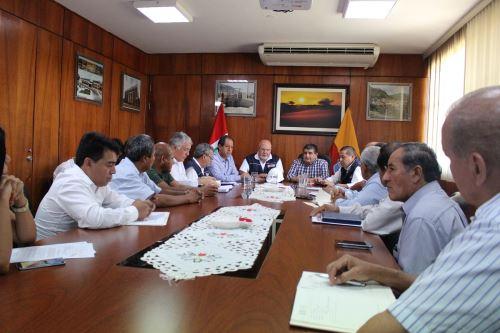 Reunión del ministro de Vivienda, Construcción y Saneamiento, Carlos Bruce (al centro) en reunión con autoridades de Piura y Lambayeque. Foto: Cortesía.