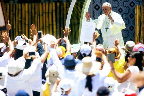 Papa Francisco con fieles en Instituto Jorge Basadre