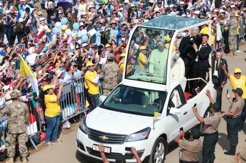 Multitudinario recibimiento al Papa Francisco en Huanchaco