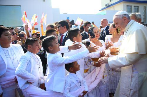 TRUJILLO PERÚ - ENERO 20. Jóvenes trujillanos reciben con marinera al Papa Francisco.  Foto: ANDINA/Juan Carlos Guzmán