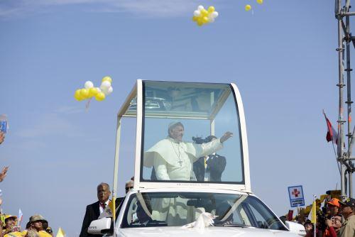 Papa Francisco recorre calles de Trujillo.