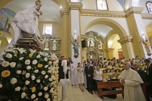 Papa Francisco visita Catedral de Trujillo y reza ante Virgen de la Puerta.