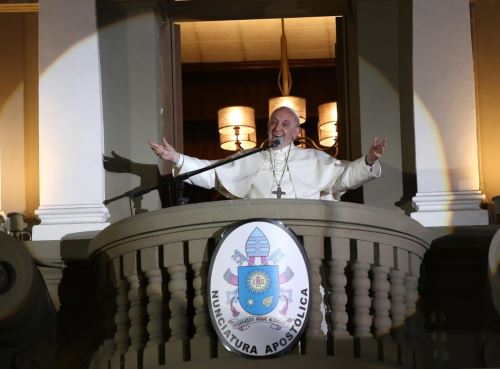 Papa Francisco saluda a enfermos que lo esperaban en la Nunciatura. Foto: ANDINA/Ruben Grandez