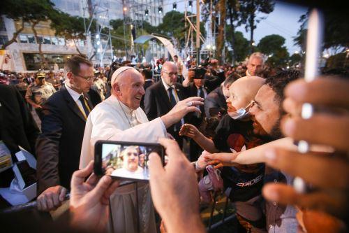 Papa Francisco bendice personas enfermas a su llegada a Nunciatura.