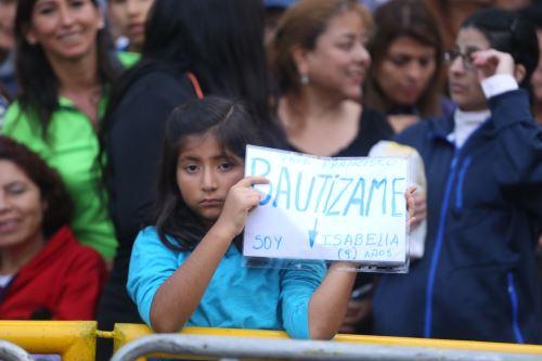 Niña peruana le pide al Papa Francisco que la bautice. Foto:ANDINA