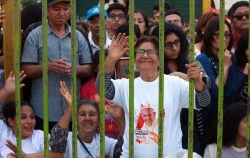 Fieles católicas expresaron su deseo porque el Papa abogue por la paz y la no violencia en los corazones de los peruanos. ANDINA/Jhony Laurente