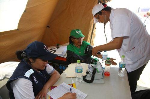 Personal de salud le toma la presión a adulta mayor en Las Palmas. Foto: Minsa