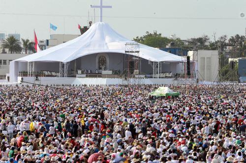 Papa Francisco oficia misa en Base Aérea Las Palmas.
