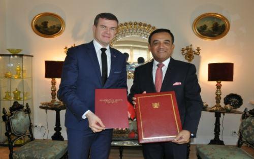 El ministro de Deportes y Turismo de Polonia, Witold Banka y el embajador de Perú en Polonia, Alberto Salas Barahona firman acuerdo