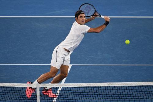 Federer no se detiene en su intento de coronarse en Melbourne