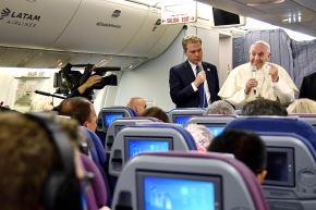 22/01/2018   El Papa Francisco responde a los periodistas durante una conferencia de prensa a bordo del avión , durante su viaje de regreso de un viaje de siete días a Chile y Perú.Foto:AFP