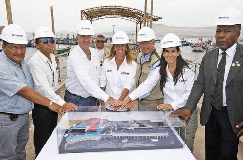Ministra de la Producción Lieneke Schol (al centro) en desembarcadero San Juan de Marcona. Foto: Cortesía Produce.