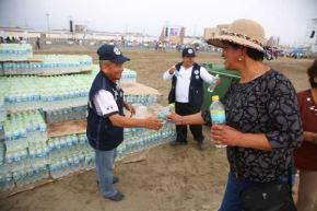 Botellas con agua fueron distribuidas en puestos médicos y puntos de mayor concentración de personas para prevenir cuadros de deshidratación.