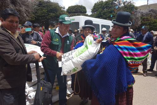 Entrega de semillas para pasto de forraje en Puno. Foto: Cortesía Minagri.
