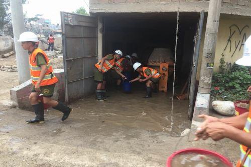 Efectivos del Ejército, ayudan en la limpieza de viviendas afectadas por el incremento del caudal del Río Rímac.