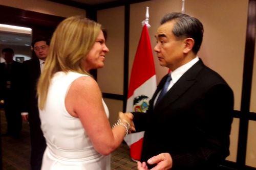 Canciller Cayetana Aljovín se reunió con ministro de Relaciones Exteriores de China, Wang Yi.