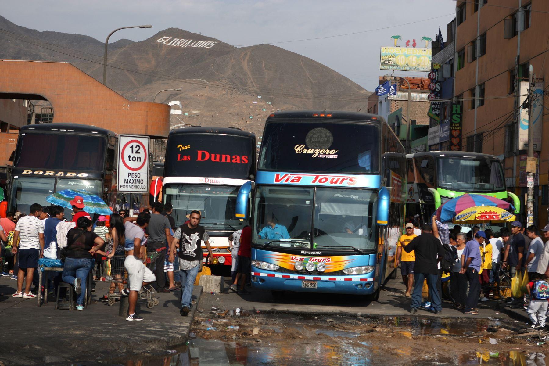 Policía desaloja a comerciantes y transportistas de terminal terrestre — Fiori