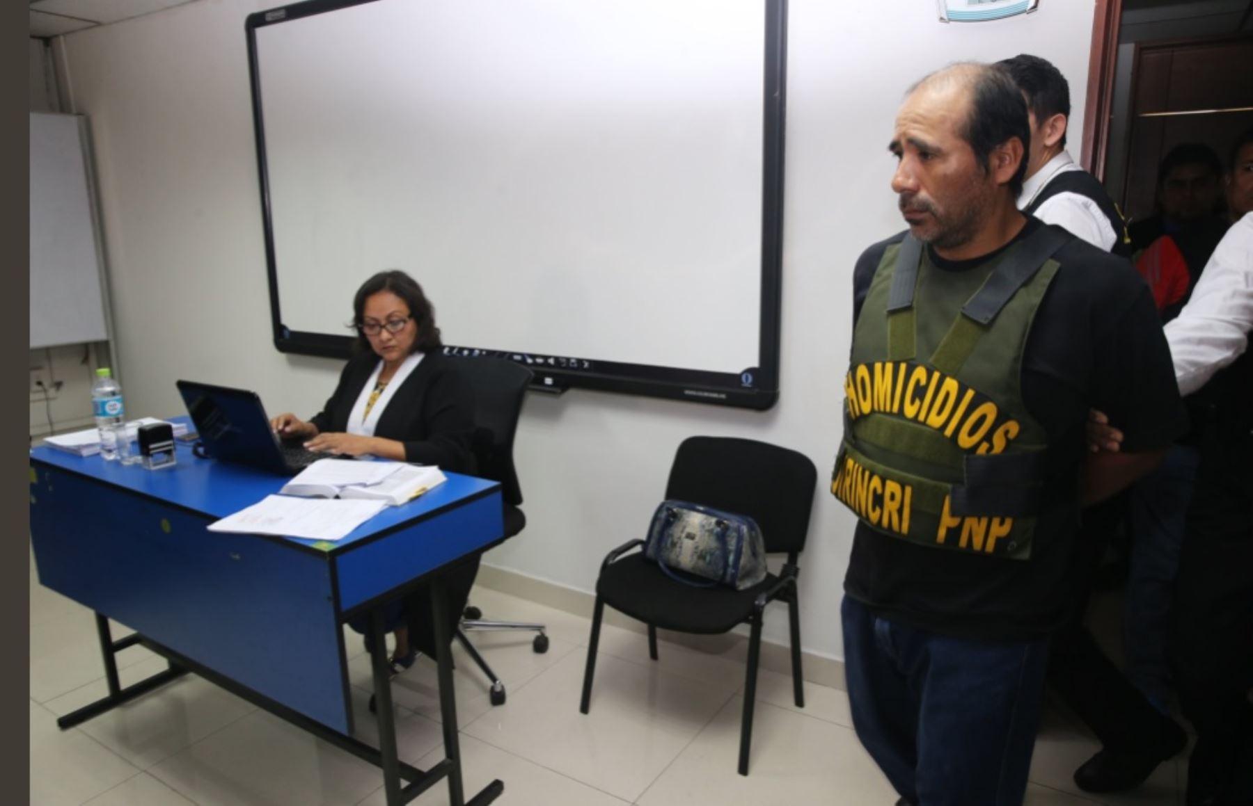 Premier Aráoz rompe en llanto junto a madre de menor asesinada…