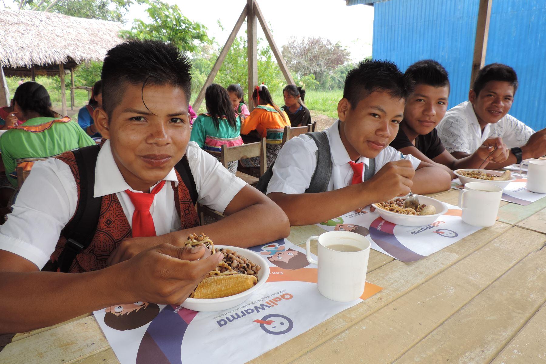 Más de 90,000 estudiantes de secundaria que cumplen la Jornada Escolar Completa en 434 instituciones educativas públicas de las zonas de extrema pobreza y pobreza del país, recibirán este año los desayunos y almuerzos que brinda el Programa Nacional de Alimentación Escolar Qali Warma. ANDINA/Difusión