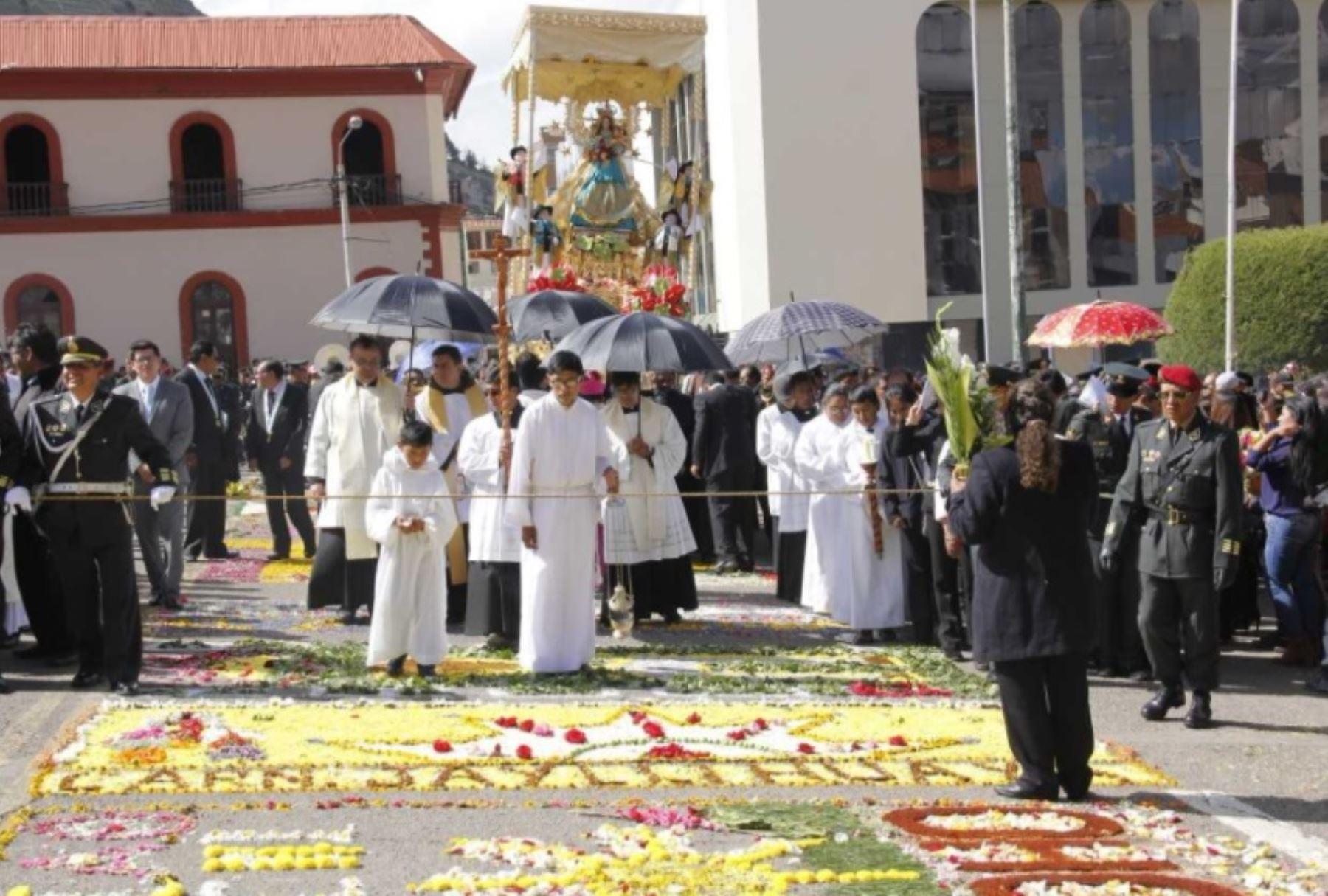 """Con una participación multitudinaria de fieles católicos y las autoridades de Puno empezaron los actos celebratorios en honor a la """"octava"""" de la festividad de la Virgen de la Candelaria, en el que destaca la participación de los conjuntos de trajes de luces."""