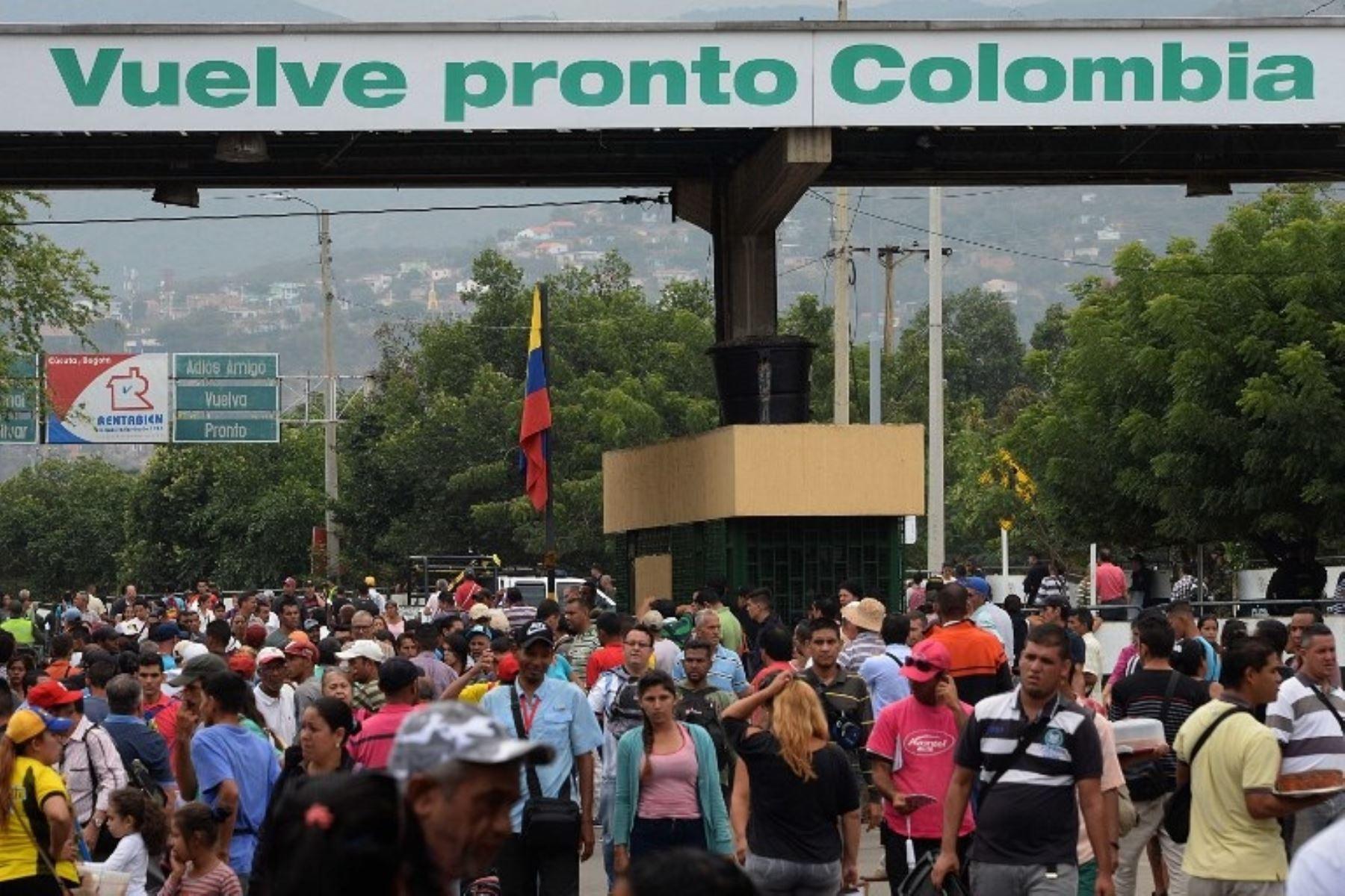 Venezolanos cruzan la frontera con Colombia para comprar alimentos.