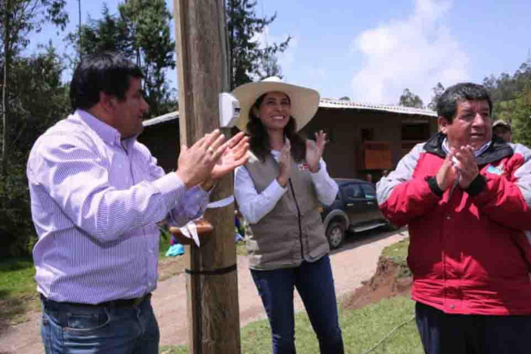 La ministra de Energía y Minas, Ángela Grossheim, inauguró hoy el Sistema Eléctrico Rural Chilete-V Etapa, que beneficiará a 107 localidades de la región Cajamarca, ubicadas en las provincias de San Miguel, San Pablo, Contumaza y Cajamarca.