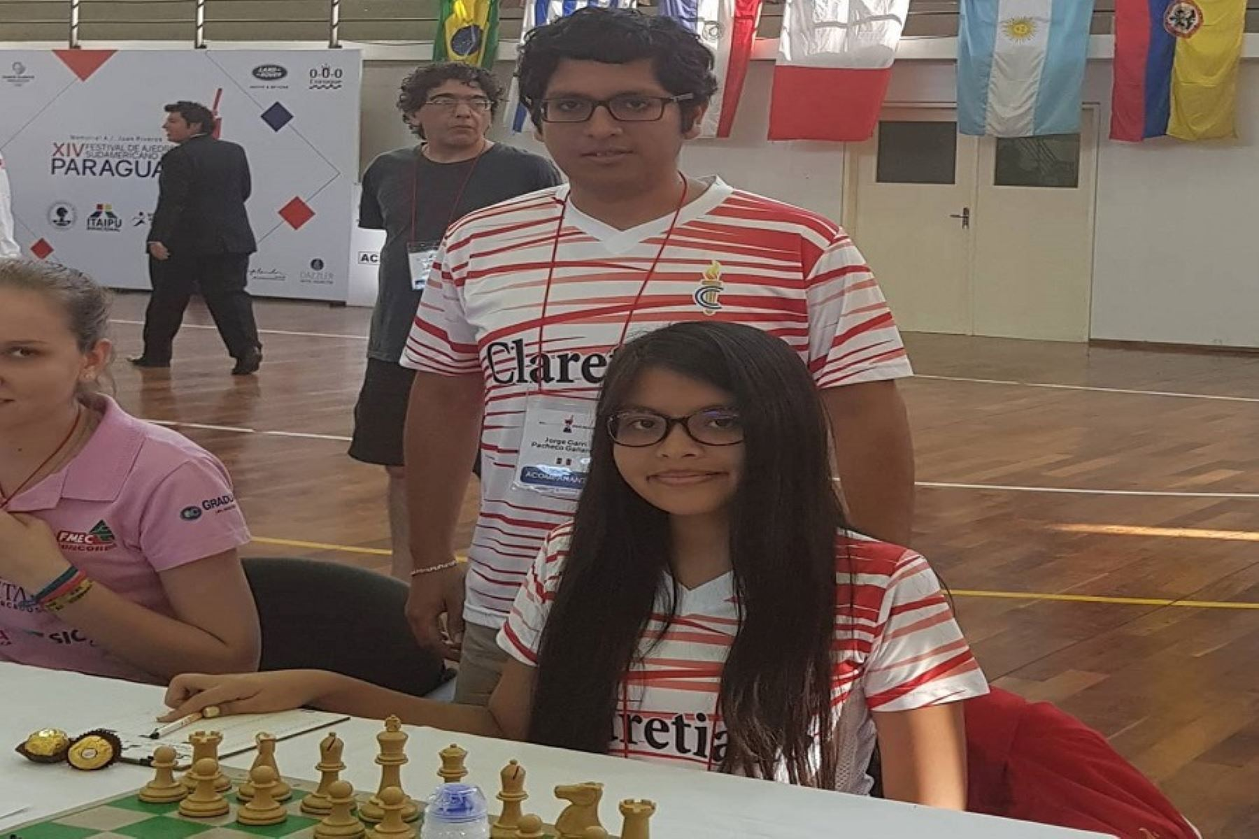 Stephanie Puppi y su entrenador, Garri Pacheco, buscan la consagración en el ajedrez.