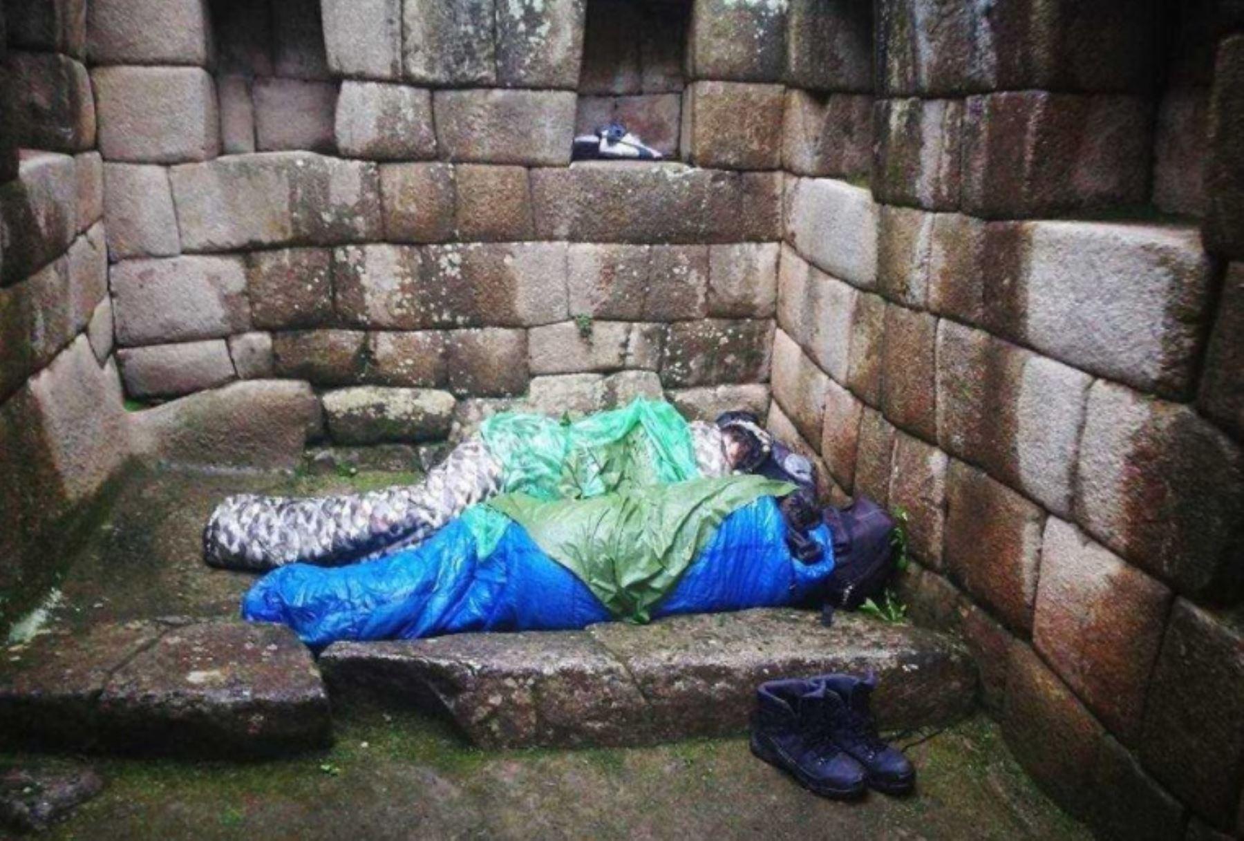 Dos jóvenes de nacionalidad argentina fueron expulsados esta mañana de la ciudadela inca de Machu Picchu, tras ser sorprendidos durmiendo dentro de uno de los recintos del principal atractivo turístico del Perú, informó Miguel Zamora Salas, encargado de la Oficina de Atención al Visitante y Servicios Turísticos del complejo arqueológico.